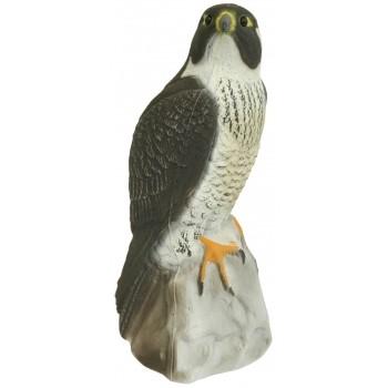 Kunststoff-Falke sitzend